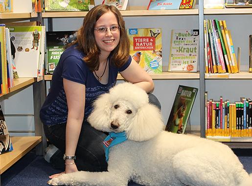 Bibliothekarin Isabelle Jährig mit Hund Benson
