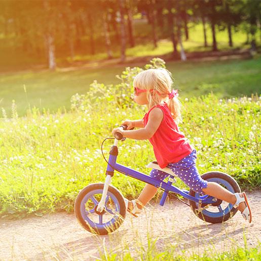 Kleinkind auf dem Laufrad