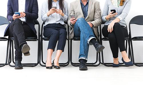 Erwachsene spielen am Handy