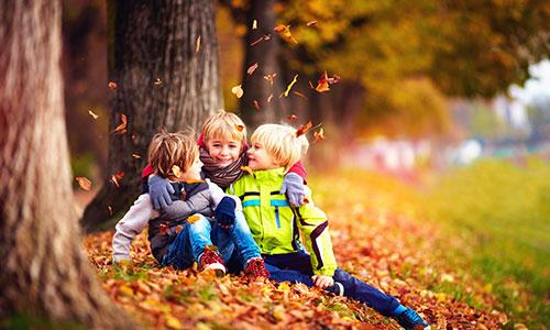 Kinder spielen Herbst