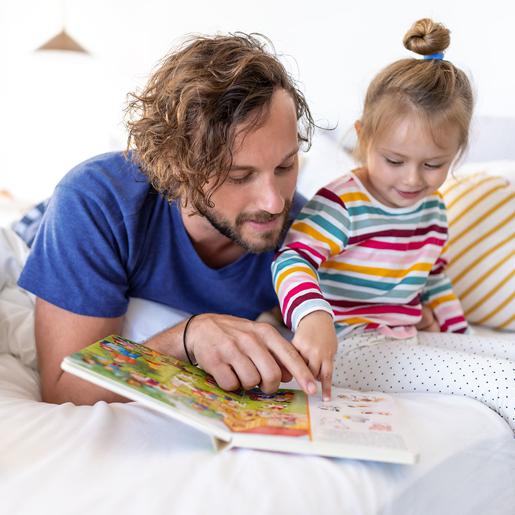 Mutter und Sohn spielen beim Vorlesen