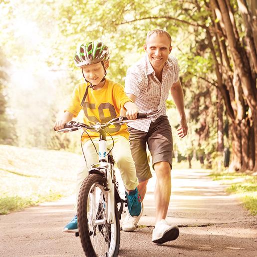 Vater und Sohn fahren Fahrrad
