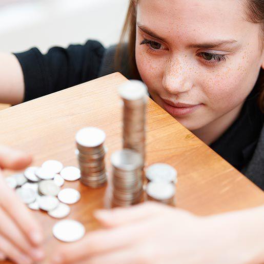 Mädchen stapelt ihr Taschengeld
