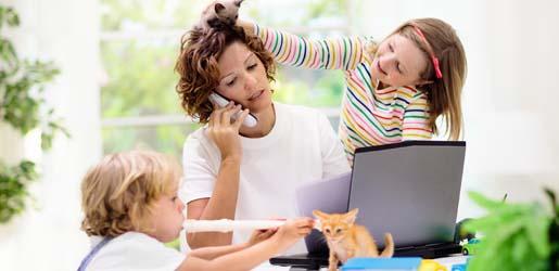Mutter mit Kindern im Homeoffice