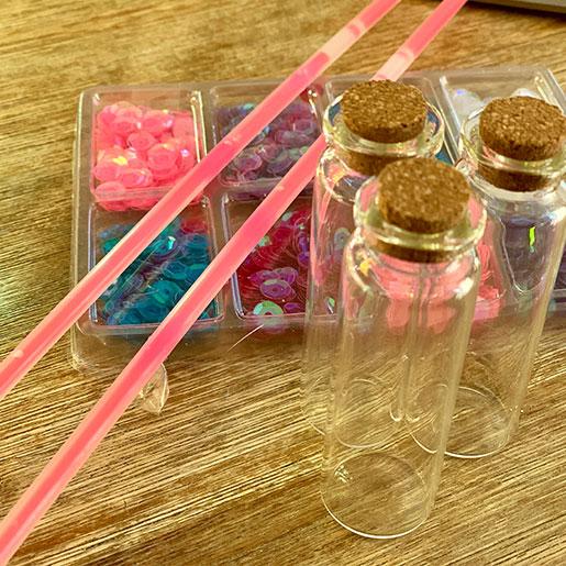Material für Feenstaub in Gläsern