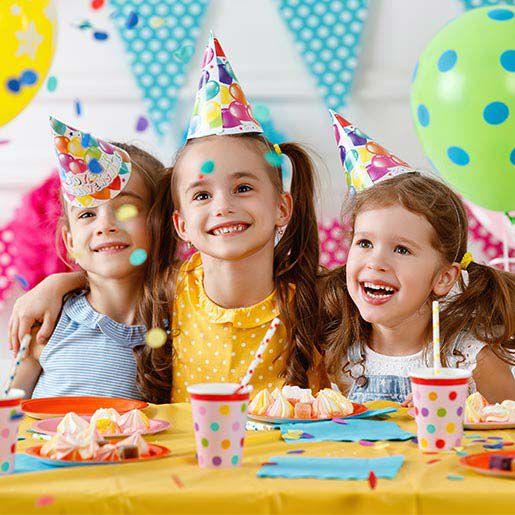 Kinder feiern Kindergeburtstag