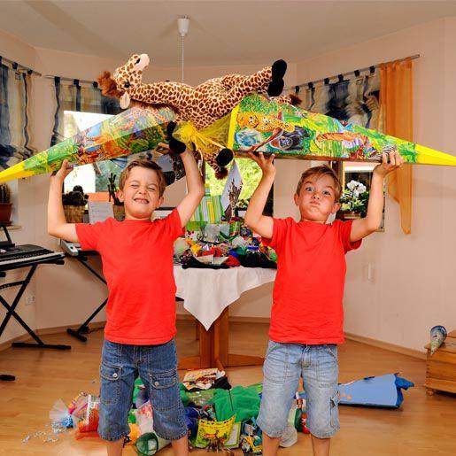 Schultüten basteln - Zwei Jungen mit Schultüten