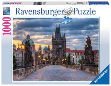 The walk across the Charles Bridge Ravensburger Puzzle  1000 pz - Foto & Paesaggi Puzzle;Puzzle da Adulti - immagine 1 - Ravensburger